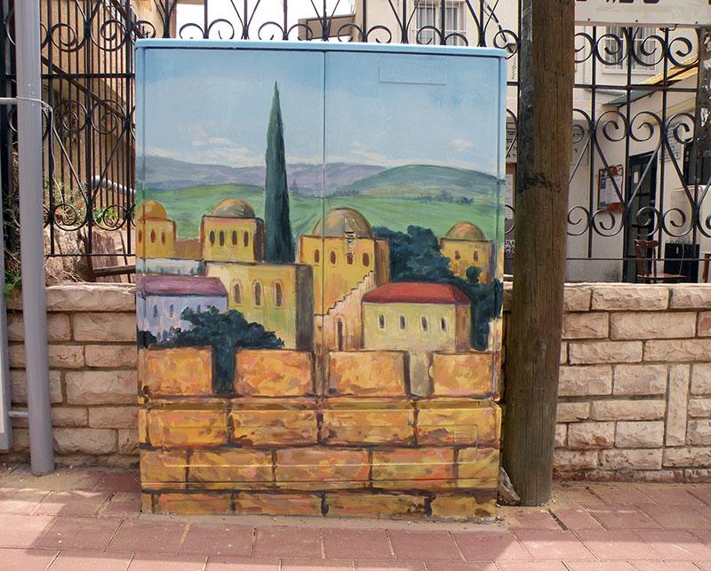 ציור של עיר על ארון חשמל