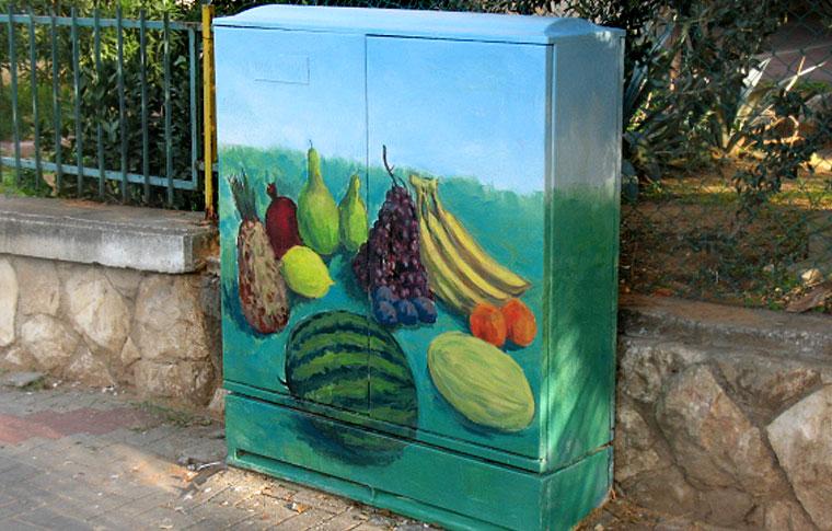 ציור של פירות על ארון חשמל