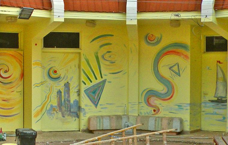 ציורים ענקיים אבסטרקטיים על עולם הנוער במושב
