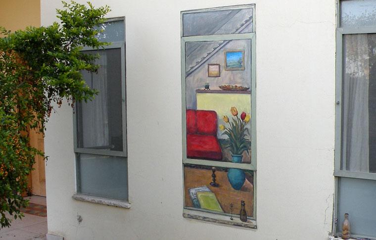 ציור על קיר חיצוני של חלון מצויר