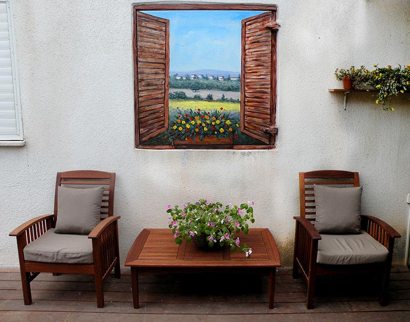 ציור קיר של חלון פתוח בכניסה לבית