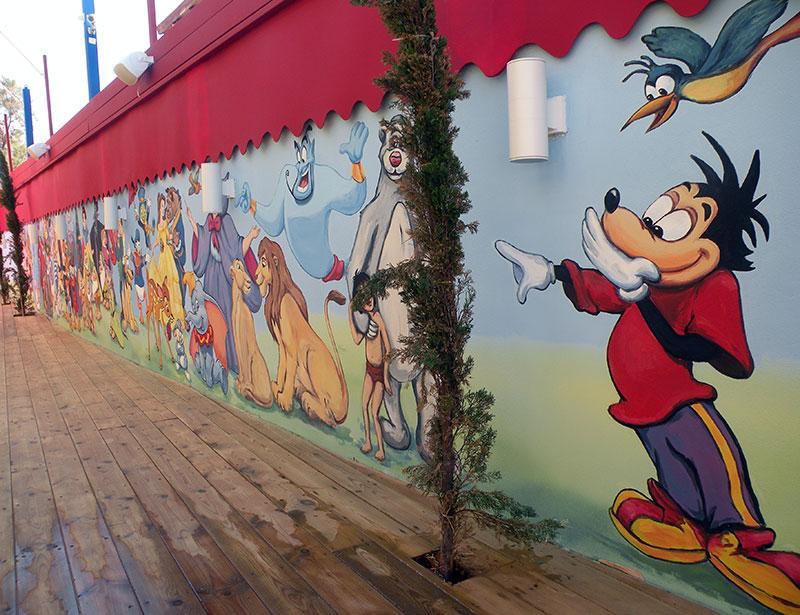 ציורי קיר מיקי מאוס וציפור בגן ילדים