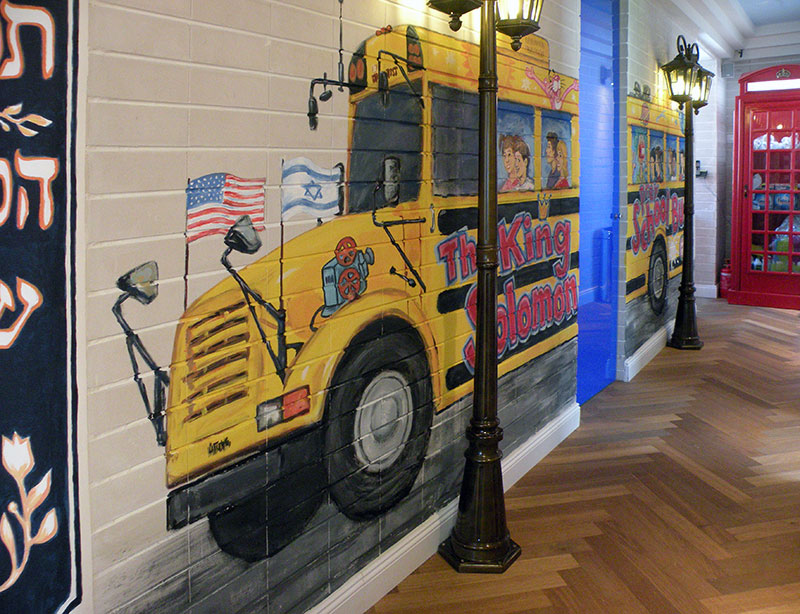 ציורי קיר של אוטובוס צהוב בגן ילדים
