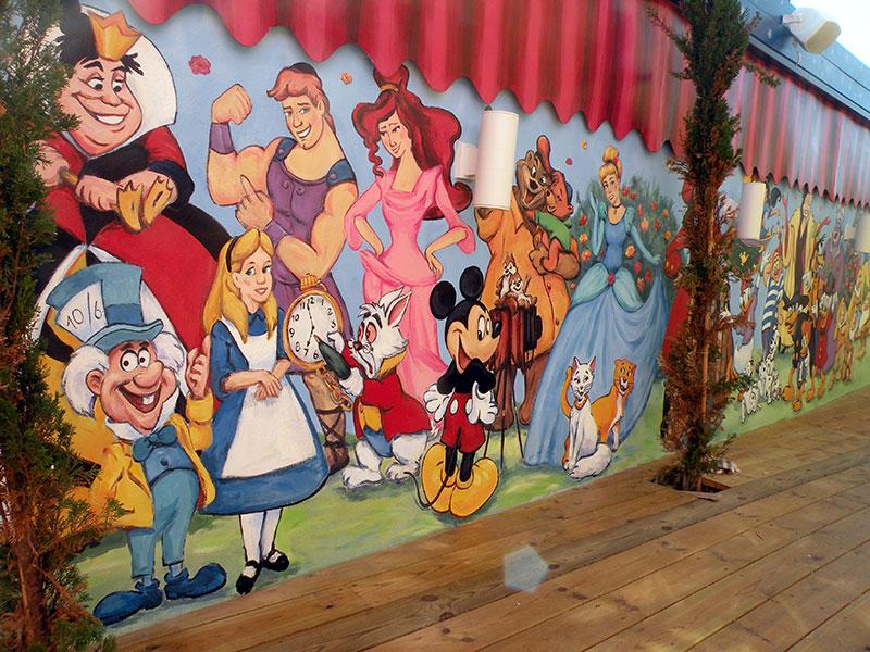 דמויות מצוירות על גדר של גן ילדים