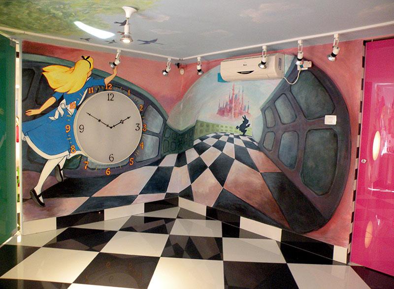ציורי קיר עליסה ושעון בארץ הפלאות