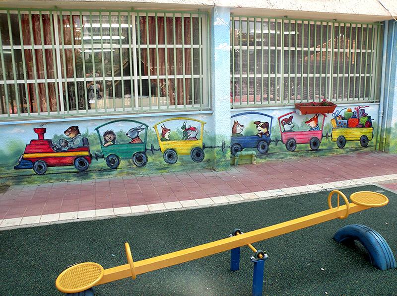 ציורי קיר של רכבת בגן ילדים