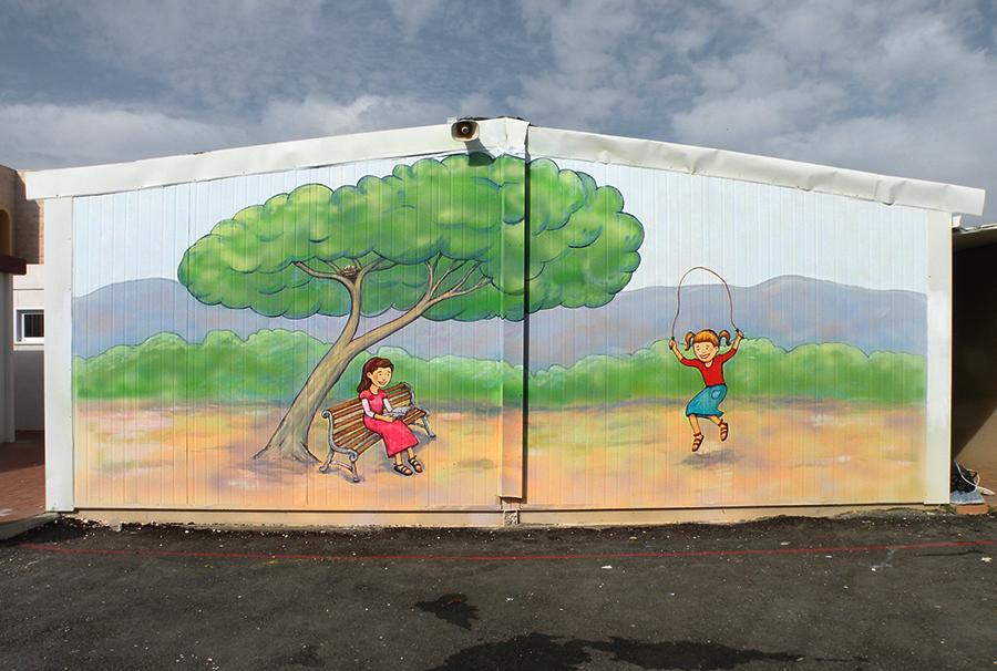 ציורי קיר לבית ספר של שתי תלמידות