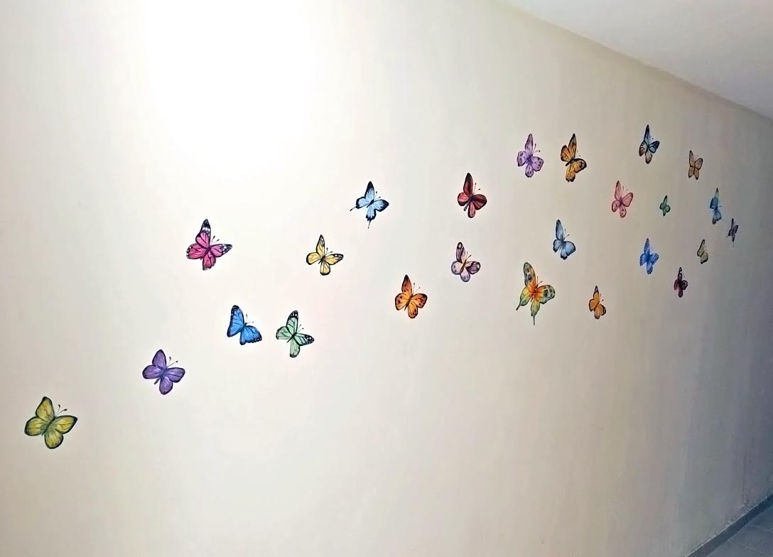 ציורי קיר של פרפרים בגן ילדים