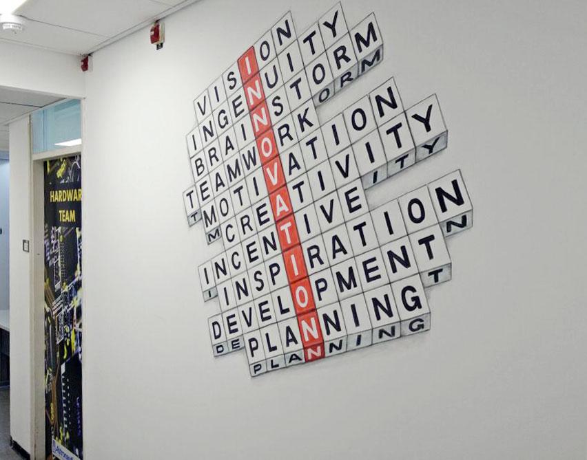 ציור קיר למשרד של מילים בצלבית