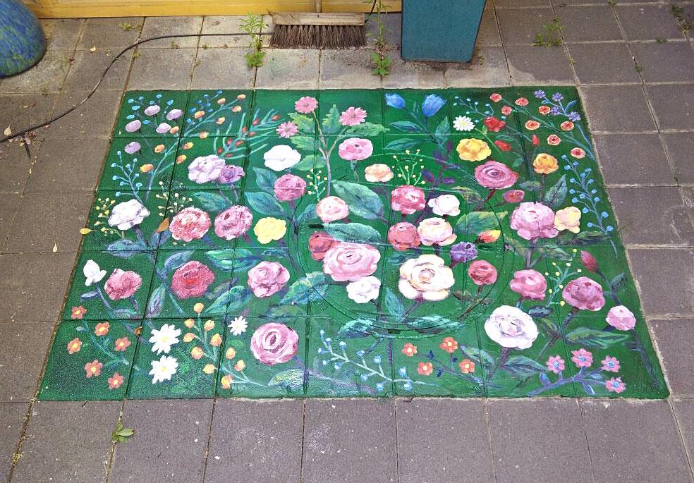 ציור של פרחים על הרצפה