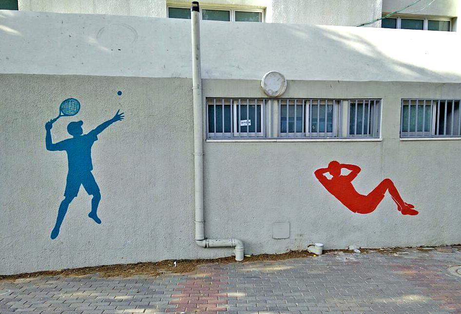 דמויות של ספורט על הקיר בבית הספר