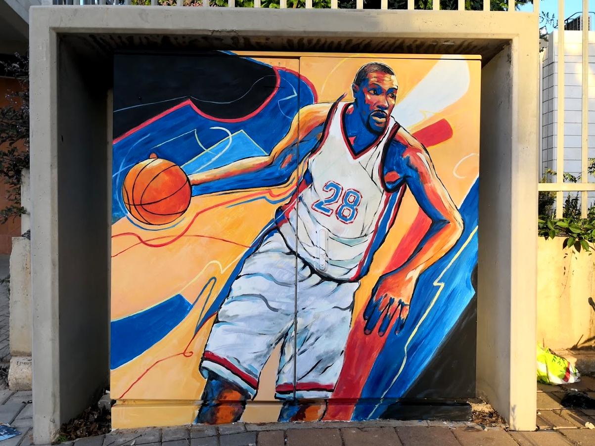 ציור של שחקן כדורסל על ארון חשמל בנתניה