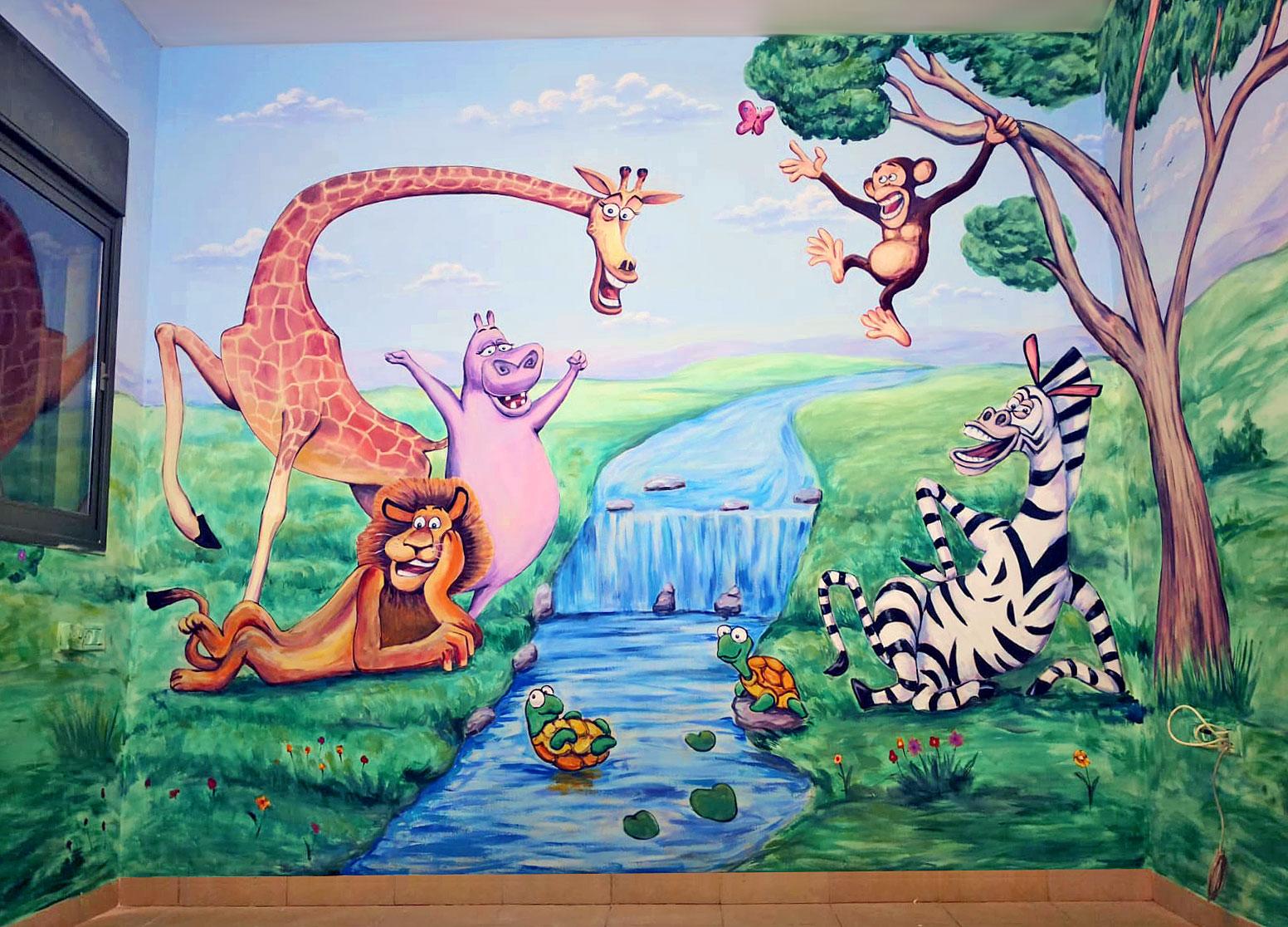 ציור קיר בחדר ילדים של דמויות של חיות שמחות ליד הנהר