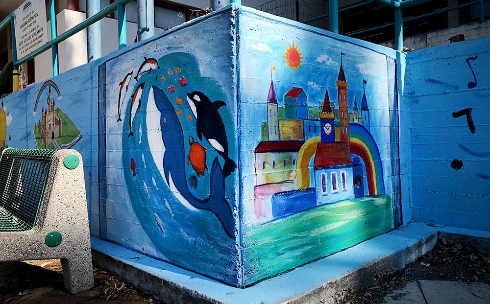 ציורי קיר על הגדר בספרייה