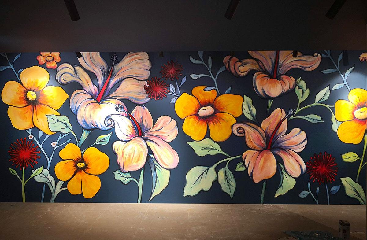 ציור קיר של פרחים בבוטיק בגדים