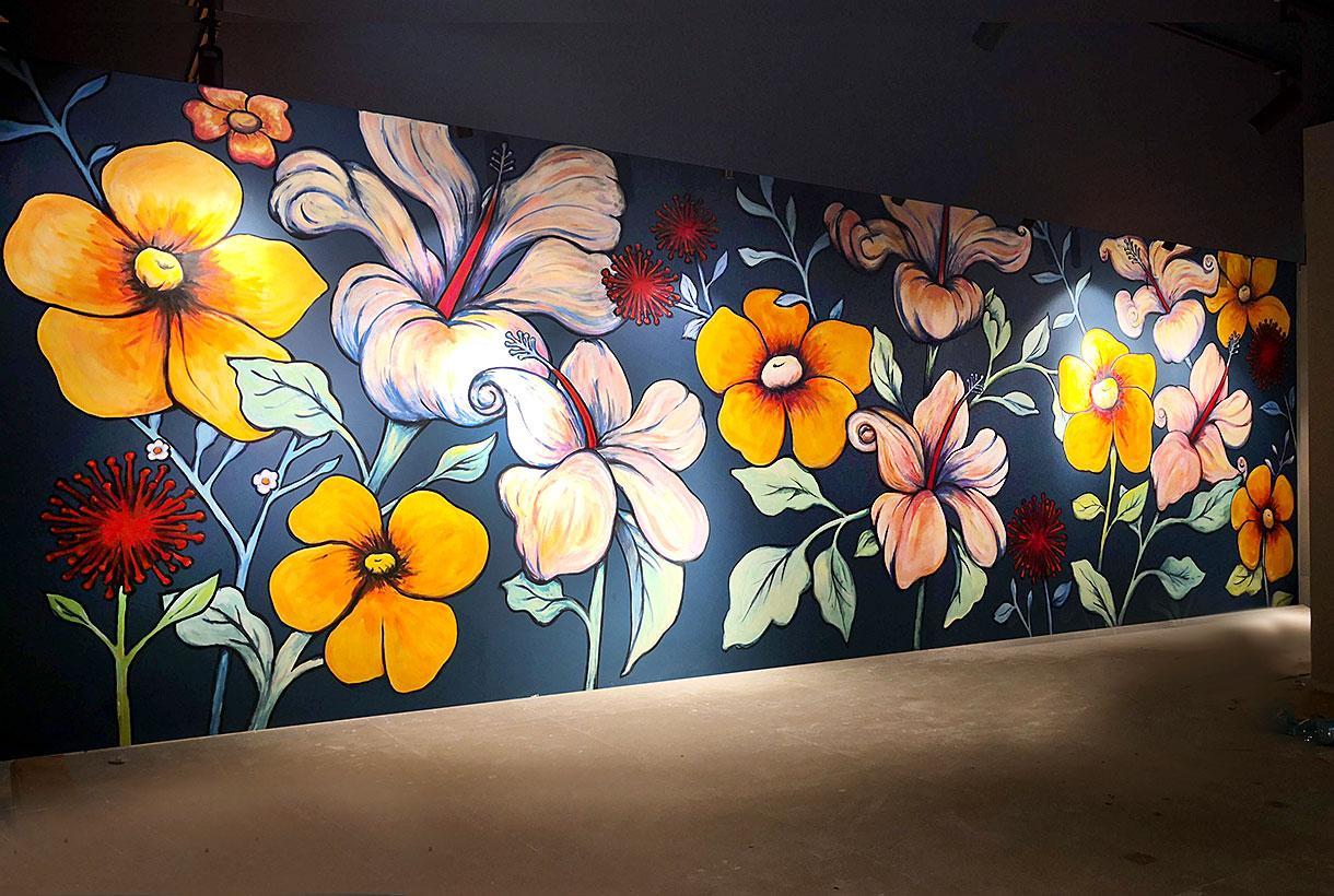 ציור קיר של פרחים בחנות בגדים בכיכר המדינה