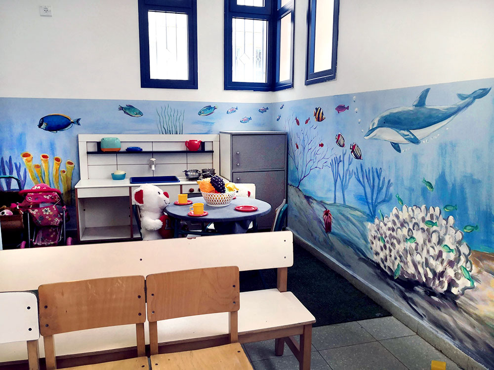 ציור קיר של עולם תת ימי עם דולפין לילדים