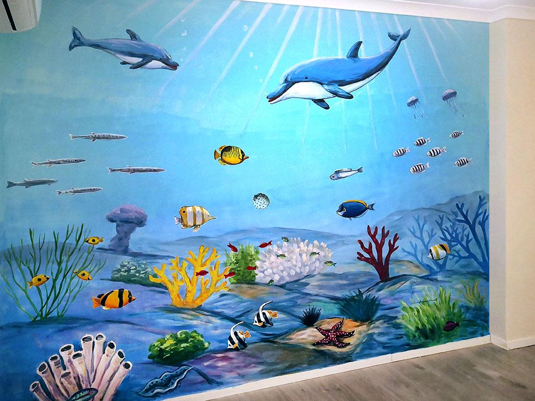 ציור של דולפינים בחדר ילדים