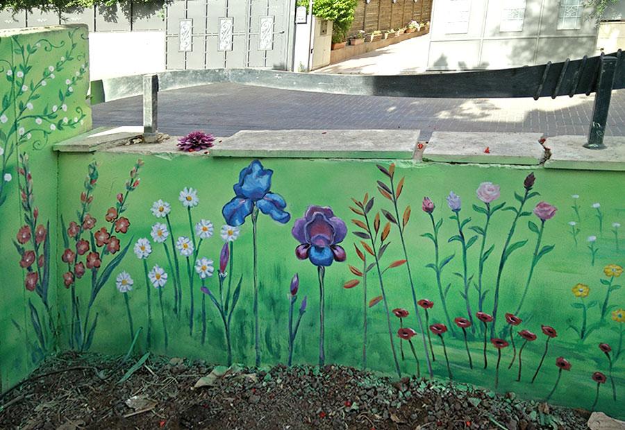ציור של פרחים על הגדר בחצר הבית