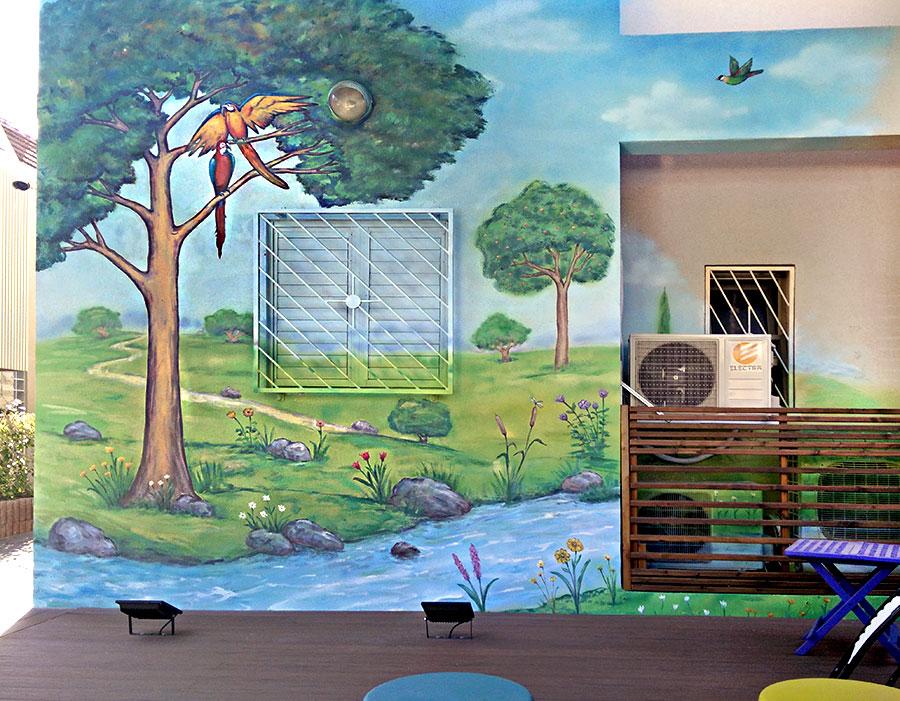 ציור על קיר חיצוני של נוף עם תוכים בבית פרטי