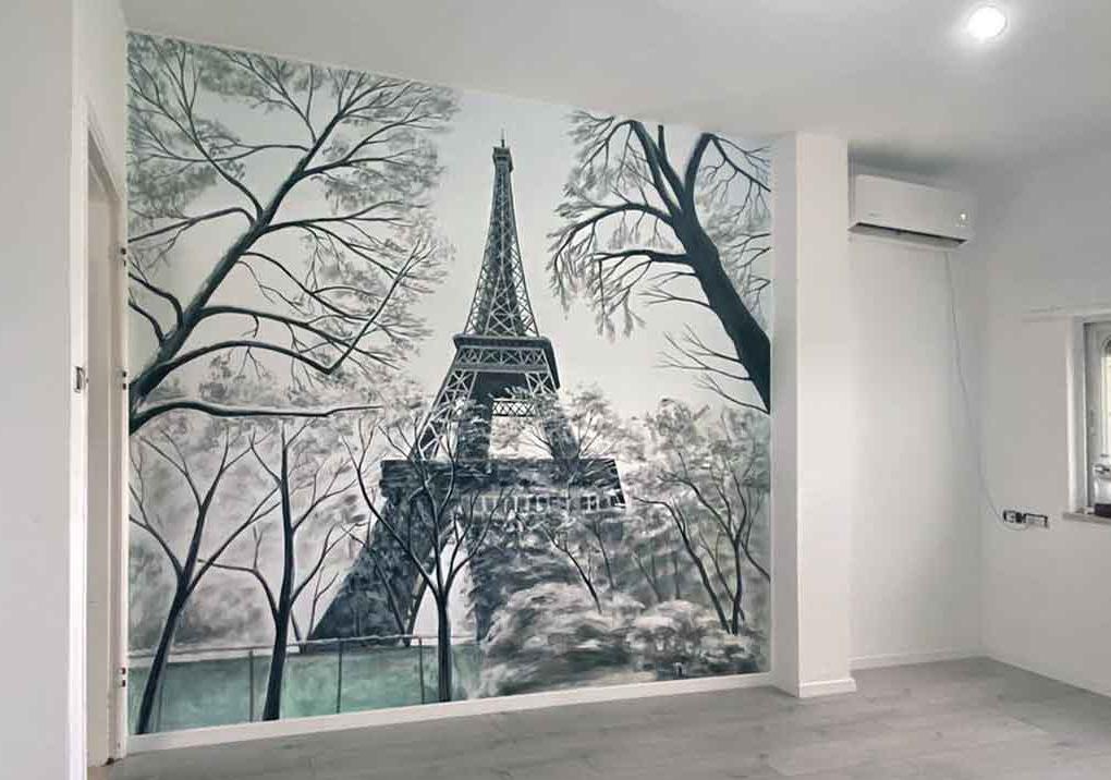ציור קיר של מגדל אייפל בחדר מגורים